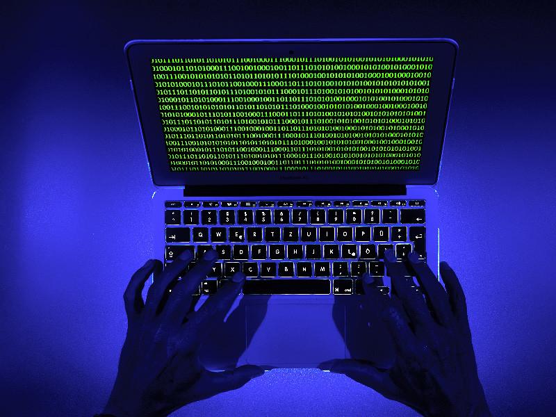 Российские хакеры в прошлом году совершили кибератаки на британские СМИ, систему телекоммуникаций и энергетический сектор страны. Об этом, как передает The Telegraph, заявил глава Национального центра кибербезопасности (NCSC) Великобритании, входящего в Центр правительственной связи, Киаран Мартин
