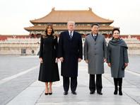 """Сразу после прилета в Пекин американский лидер с первой леди Меланией Трамп встретились с главой КНР Си Цзиньпином и его супругой Пэн Лиюань и отправились на прогулку по так называемому Запретному городу - дворцовому комплексу """"Гугун"""" в сердце китайской столицы"""