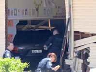 В Австралии автомобиль врезался в здание школы: двое детей погибли