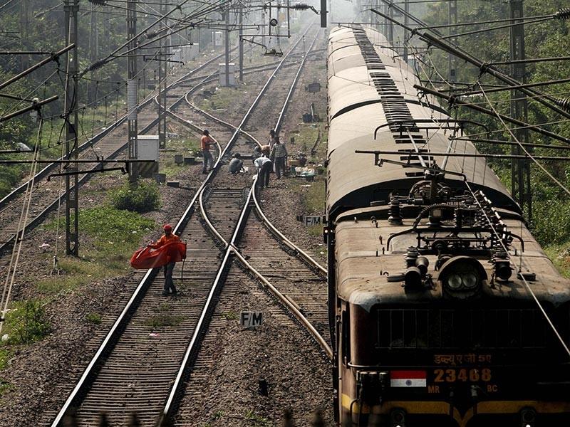 В штате Уттар-Прадеш, расположенном на севере Индии, мужчина выбросил из поезда четверых своих дочерей в то время, как его супруга спала. Позднее он объяснил ей, что пошел на этот шаг из безысходности: у него не было денег, чтобы прокормить и выдать замуж всех пятерых дочерей