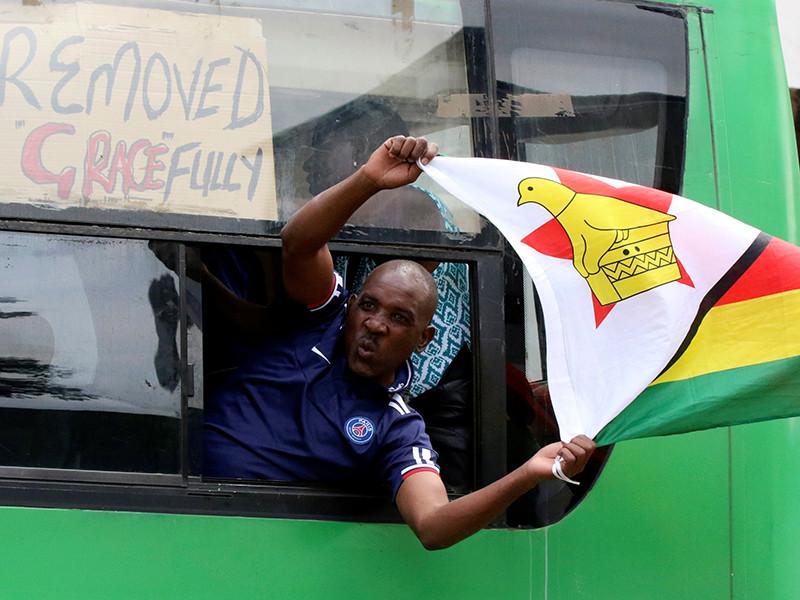 """""""Конец эпохи"""": Мугабе пожал руки генералам, желающим его ухода"""