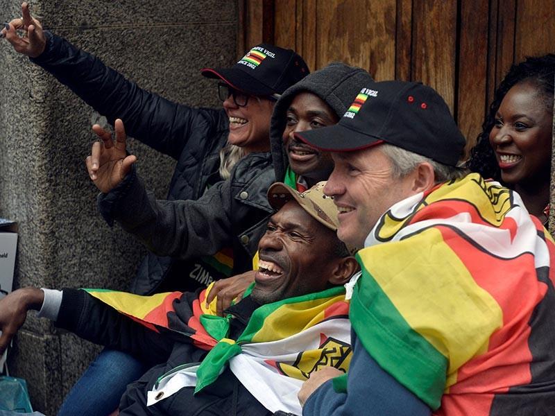 Кортеж Мугабе покинул резиденцию в столице Зимбабве, его освистали
