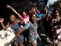 Жители столицы Зимбабве Хараре встретили новость об отставке президента песнями и танцами на улицах