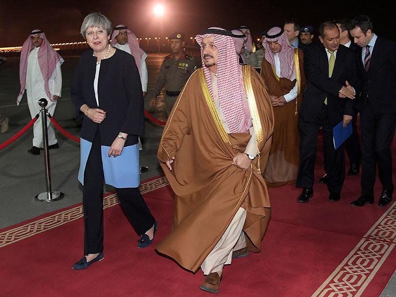 Тереза Мэй опять прилетела в Саудовскую Аравию без хиджаба