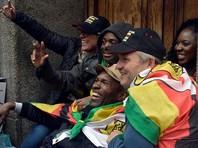 Кортеж президента Зимбабве Роберта Мугабе покинул столичную резиденцию. На выезде его освистала толпа, которая пришла прогонять лидера, правящего страной с 1980 года.