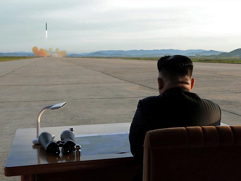 """Новая ракета КНДР """"Хвасон-15"""", об успешном испытании которой сообщил Пхеньян, может нести не только ядерный заряд, но и биологическое и химическое оружие. Об этом, как передает ТАСС, заявил в среду министр обороны Японии Ицунори Онодэра"""