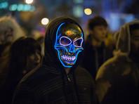 Жители Нью-Йорка повели традиционный парад костюмов в честь Хэллоуина, участие в котором приняли десятки тысяч людей