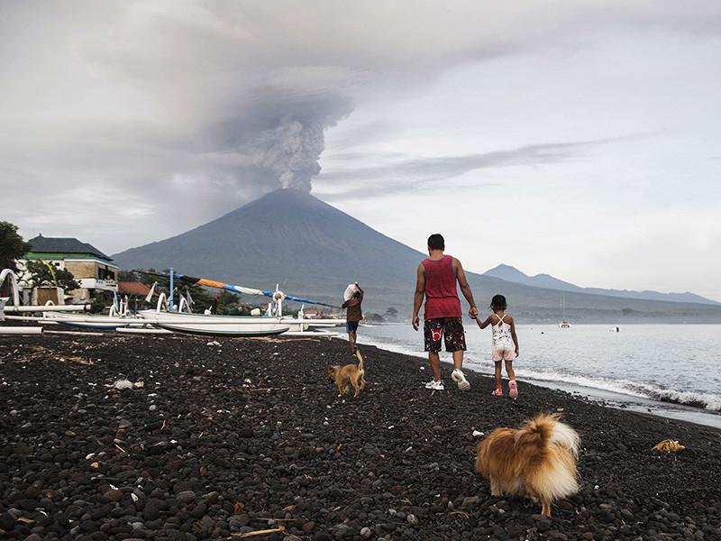 Около 300 россиян находятся на Бали, где происходит извержение вулкана Агунг