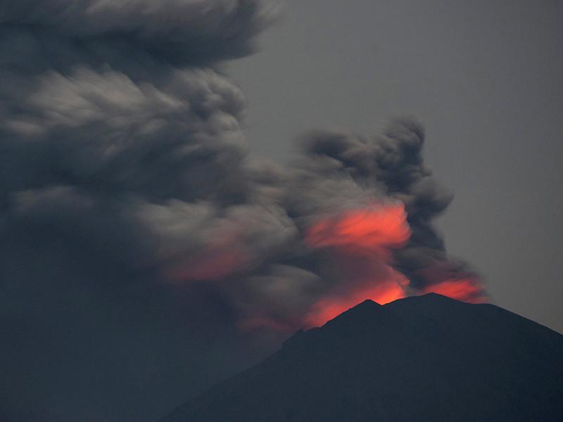 На острове Бали третий день продолжается извержение вулкана Агунг