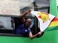 The Herald сообщает, что люди на улицах в ожидании известий скандируют лозунги в поддержку Мнангагвы и поют песни