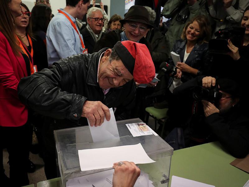 Избирателям нужно отдать свои голоса политическим партиям, выступающим за полное отделение региона от Испании, либо их оппонентам, которые хотят остаться в составе королевства