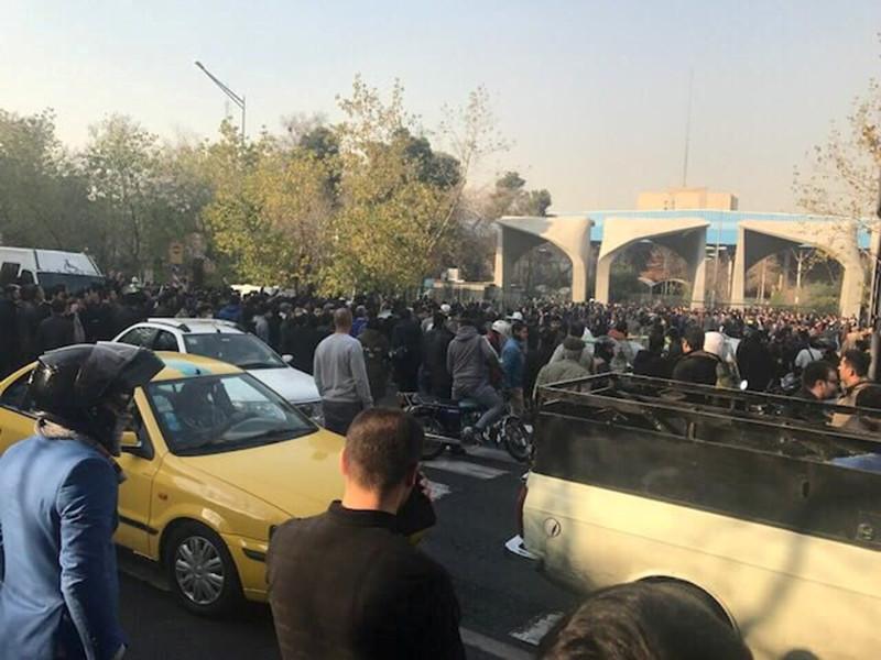 В Иране стремительно накаляется ситуация на фоне масштабных протестов общественности: первоначально люди вышли на улицы с социальной повесткой, однако вскоре стали требовать отставки верховного правителя Ирана аятоллы Али Хаменеи