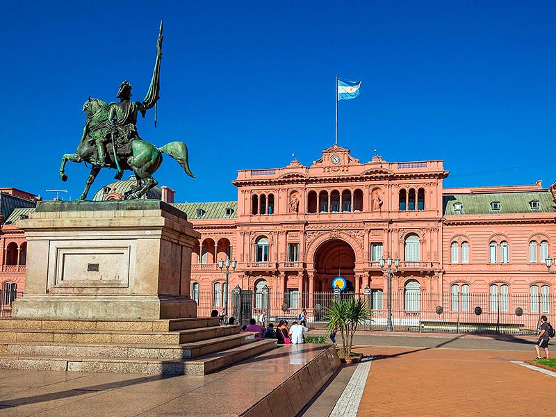 """Мужчина с самодельным ружьем пытался пробиться в резиденцию президента Аргентины, крича про """"маленькие подарочки"""""""