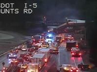 В Вашингтоне пассажирский поезд рухнул с моста на автомобильную магистраль (ВИДЕО)
