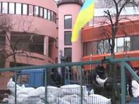 Офис украинского телеканала NewsOne блокировали люди в военной форме