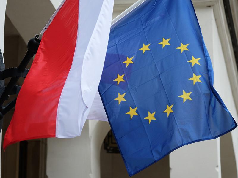 Руководство Евросоюза готово ввести жесткие санкции и запустить санкционную процедуру в отношении Польши, члена ЕС, если официальная Варшава не откажется от судебной реформы, которая, по мнению Брюсселя, несет угрозу демократии