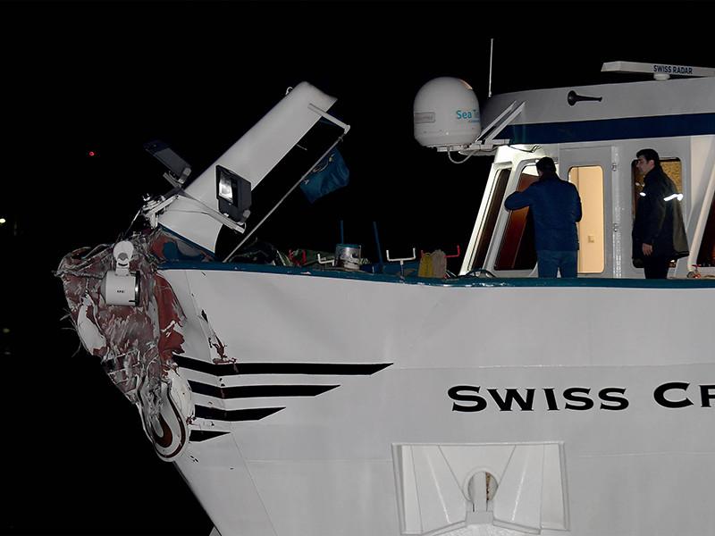 Недалеко от немецкого города Дуйсбург туристическое судно, на борту которого находились 103 пассажира и 26 членов экипажа, врезалось в опору моста на реке Рейн