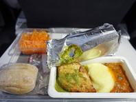 В Китае от работы отстранили стюардессу, тайком доедавшую за пассажирами