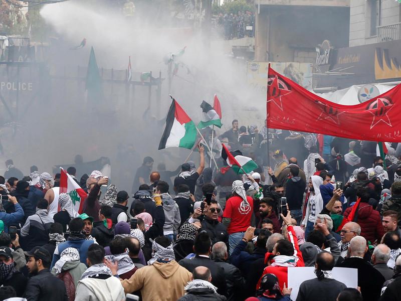 Демонстрантов у посольства США в Бейруте разгоняют слезоточивым газом