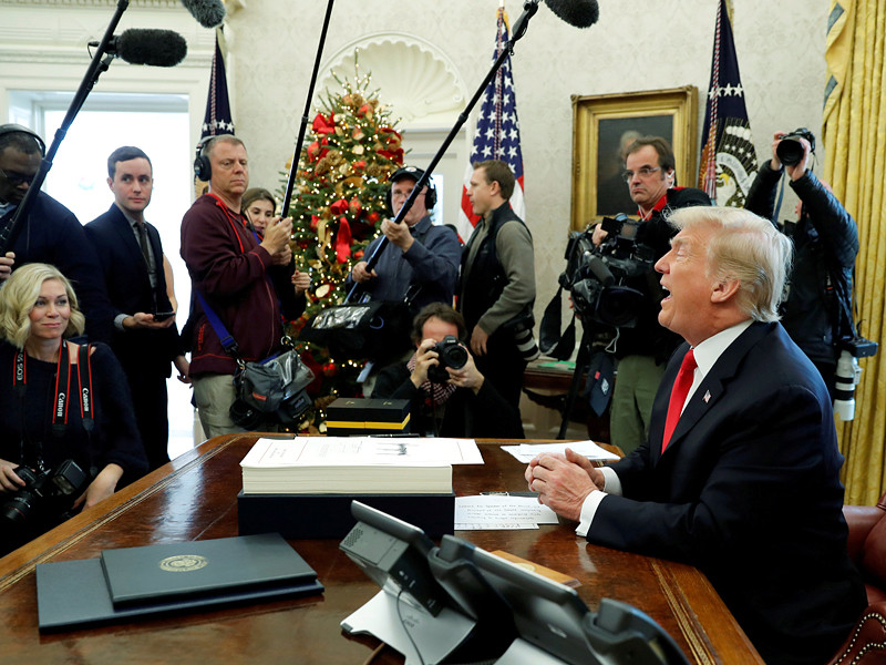 Президент США Дональд Трамп подписал закон о крупнейшей в истории США налоговой реформе
