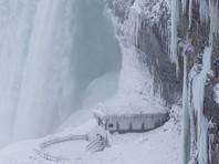 Как видно на фото, сам водный поток полностью не замерз. Однако поднятая им водяная пыль украсила все вокруг уникальными узорами