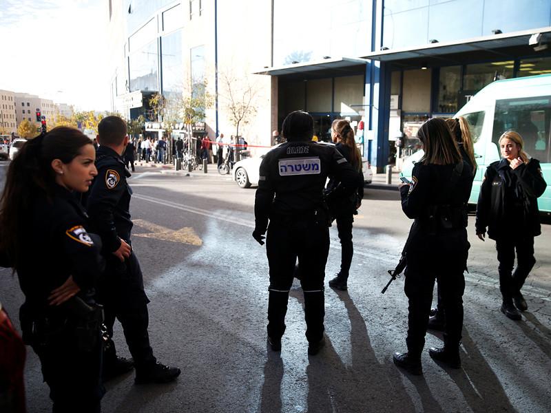 В Иерусалиме 24-летний палестинец в воскресенье напал с ножом на охранника центральной автобусной станции и нанес ему тяжелые ранения, сообщила пресс-служба полиции Израиля