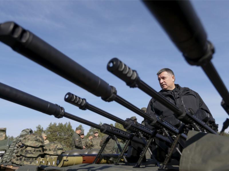 Глава МВД Украины Арсен Аваков осматривает винтовки Barrett