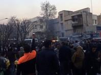 На неделе Иран захлестнули акции протеста: в субботу протесты начались в столице страны Тегеране, где демонстранты пытались штурмовать государственные учреждения