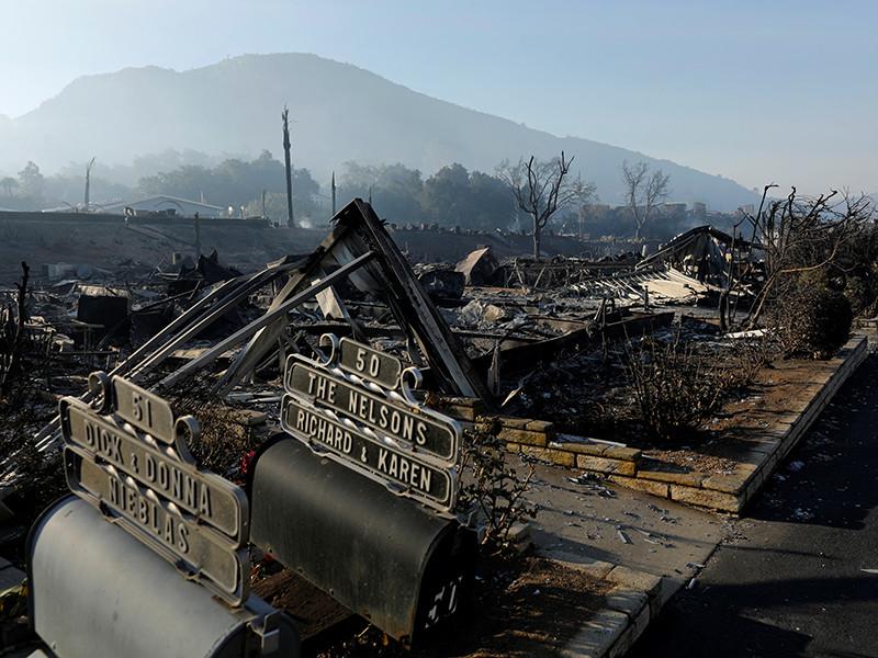 Свирепствующие в Калифорнии лесные пожары уничтожили более тысячи построек, под угрозой еще 25 тысяч
