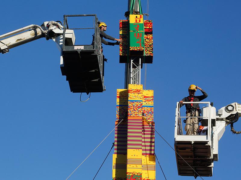 """В Тель-Авиве идут работы по возведению """"Лего-башни"""", чтобы установить новый мировой рекорд, который должен быть внесен в Книгу рекордов Гиннесса"""