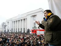 Неподалеку от здания украинского парламента была сооружена сцена, на которой около 14:50 по московскому времени начал выступление Саакашвили
