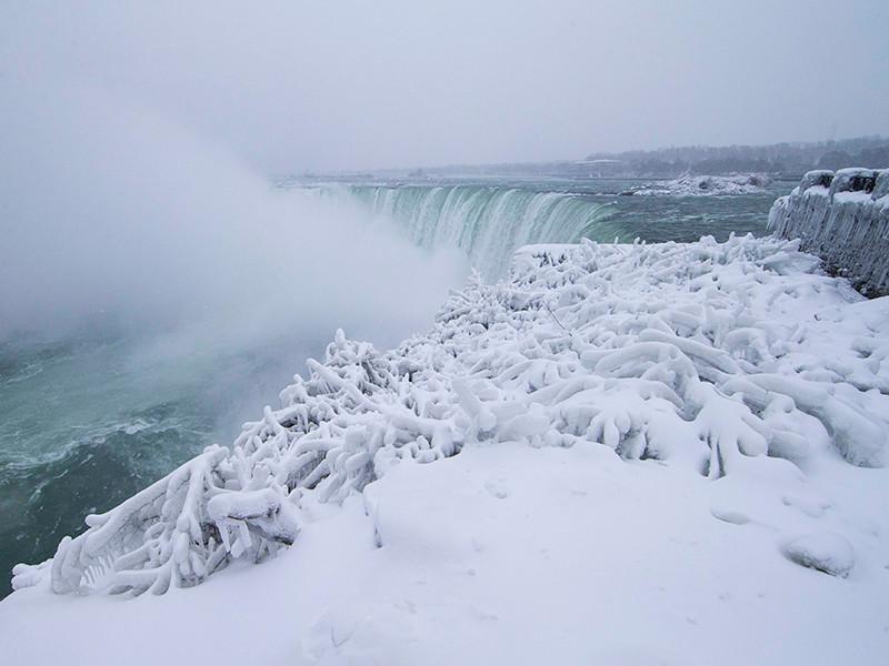 Замерзающий Ниагарский водопад стал хитом соцсетей