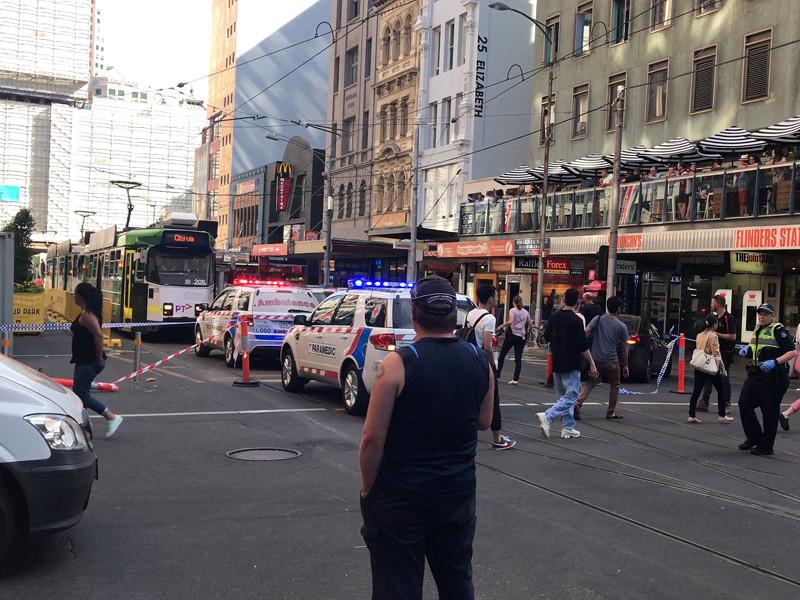 В центре Мельбурна  автомобиль   наехал на пешеходов - сообщается о  14  пострадавших