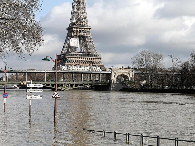 В Париже продолжает подниматься уровень воды в Сене