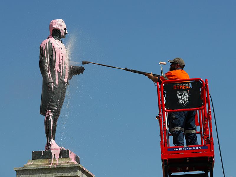 Памятник первооткрывателю восточного побережья Австралии Джеймсу Куку в Мельбурне подвергся нападению вандалов в преддверии празднования Дня Австралии