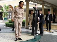 Премьер Таиланда принес на пресс-конференцию свою картонную фигуру и предложил задавать вопросы ей