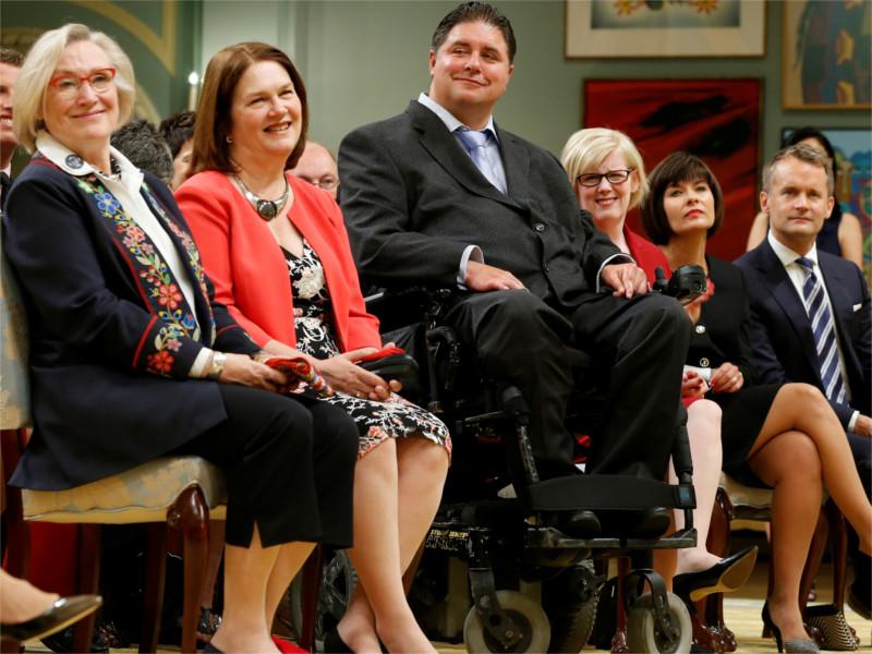 Кент Хейр в окружении бывших коллег по правительству