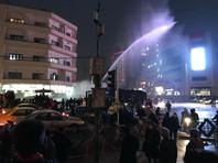 Акции протеста в Иране, напомним, начались в Мешхеде - втором по величине городе Ирана в минувший четверг. Участники манифестации вышли на улицы, протестуя против роста цен. Вскоре протесты охватили и другие населенные пункты, включая крупнейшие города страны