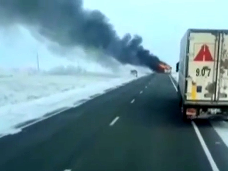 """В Иргизском районе Актюбинской области на 1068-м км а/д Самара - Шымкент, в 10 км от поселка Калыбай, во время движения произошло загорание пассажирского автобуса марки """"Икарус"""". В салоне находились 55 пассажиров и два водителя"""