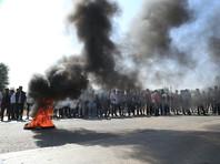 Кроме того, по данным сайта, протестующие забаррикадировали ряд трасс с помощью шин, грузовиков и автомобильных прицепов. В результате на дорогах образовались многокилометровые пробки