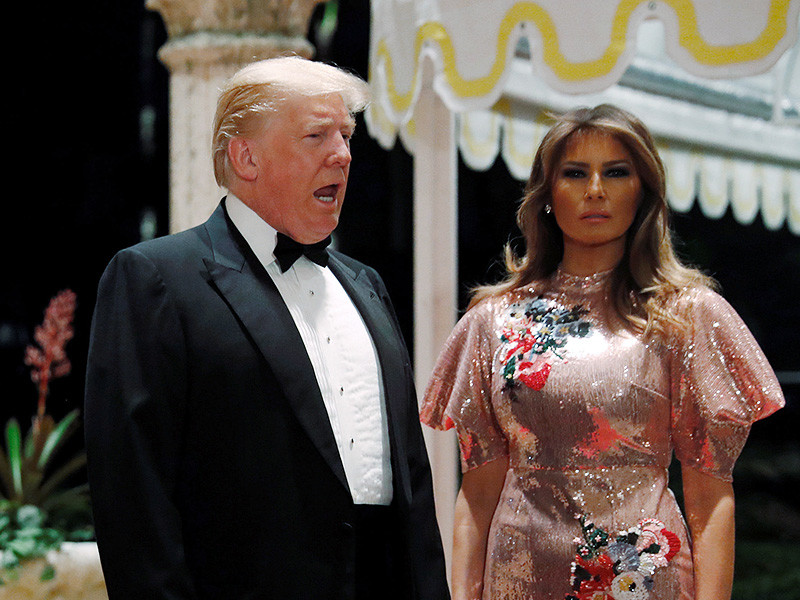 """Президент США Дональд Трамп, который встретил Новый год на роскошном курорте Мар-а-Лаго во Флориде, опубликовал свое новогоднее поздравление в Twitter, адресовав его не только своим сторонникам, но и """"ненавистникам""""и """"лживым СМИ"""""""