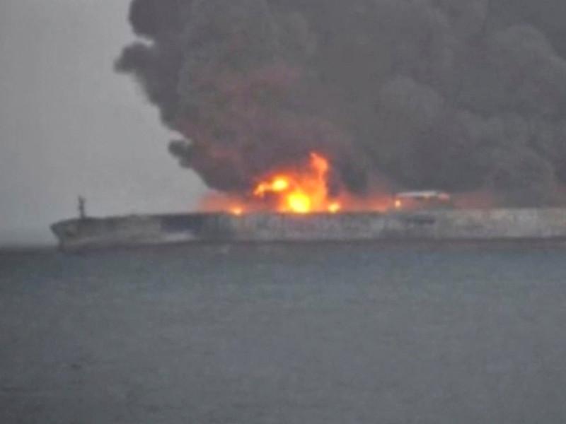 Иранский нефтяной танкер, который на прошлой неделе столкнулся с гонконгским сухогрузом и загорелся у берегов КНР, течением и сильным ветром отнесло в японскую исключительную экономическую зону Восточно-Китайского моря