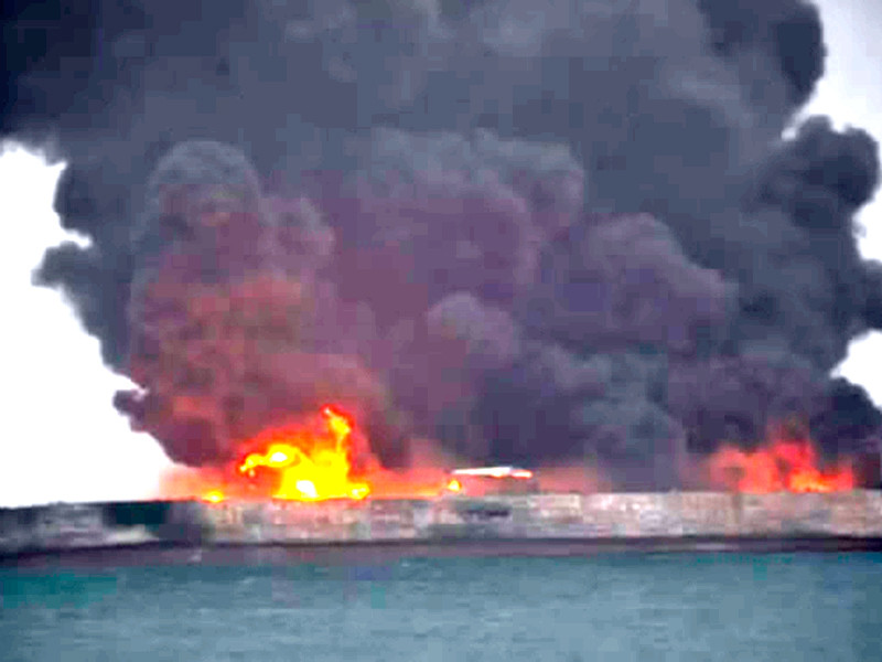 У берегов Китая после столкновения с сухогрузом загорелся танкер, более 30 моряков пропали