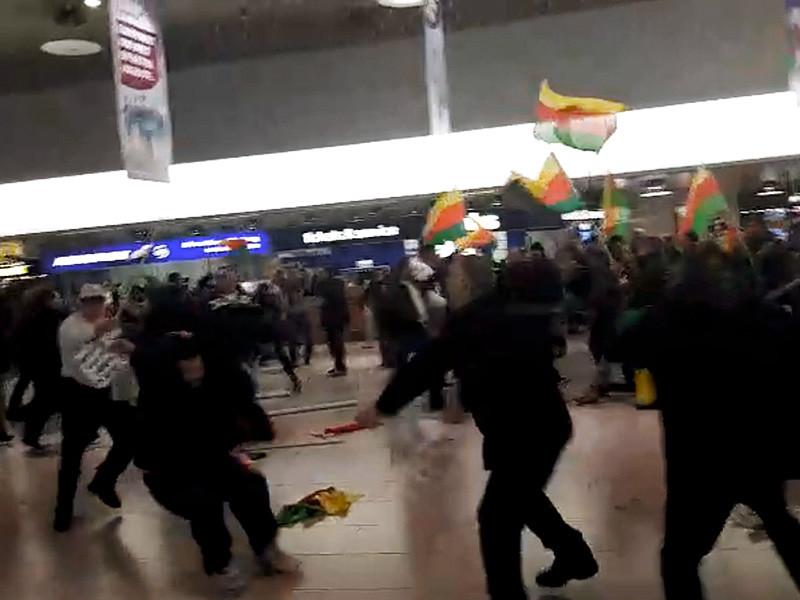 В аэропорту Ганновера турки устроили драку с курдами, протестовавшими против военной операции в Сирии (ВИДЕО)