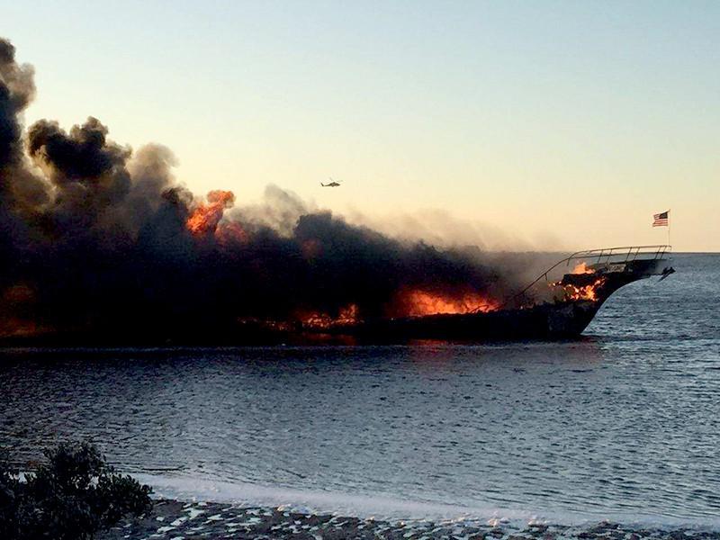 Во Флориде 50 пассажирам пришлось спасаться вплавь с катера, загоревшегося по пути в плавучее казино