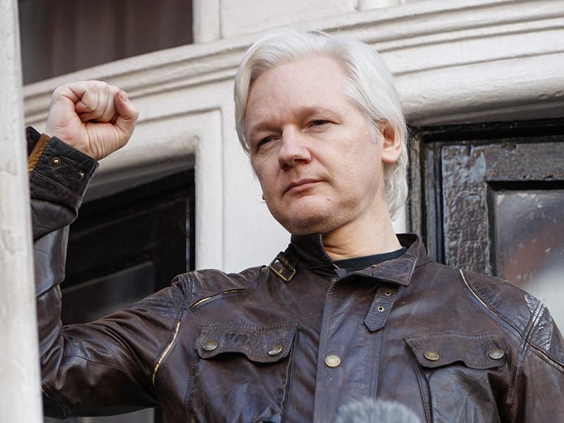 Основатель WikiLeaks Джулиан Ассанж, живущий уже шестой год в посольстве Эквадора в Лондоне, получил эквадорское гражданство