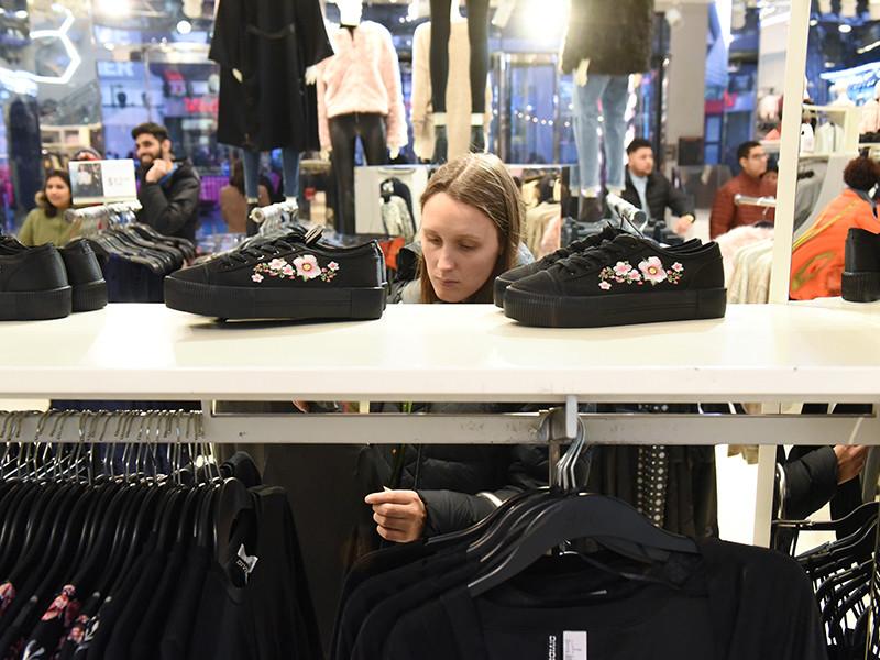 """В ЮАР разгромили магазины H&M из-за """"расистской"""" рекламы с темнокожим мальчиком (ВИДЕО)"""