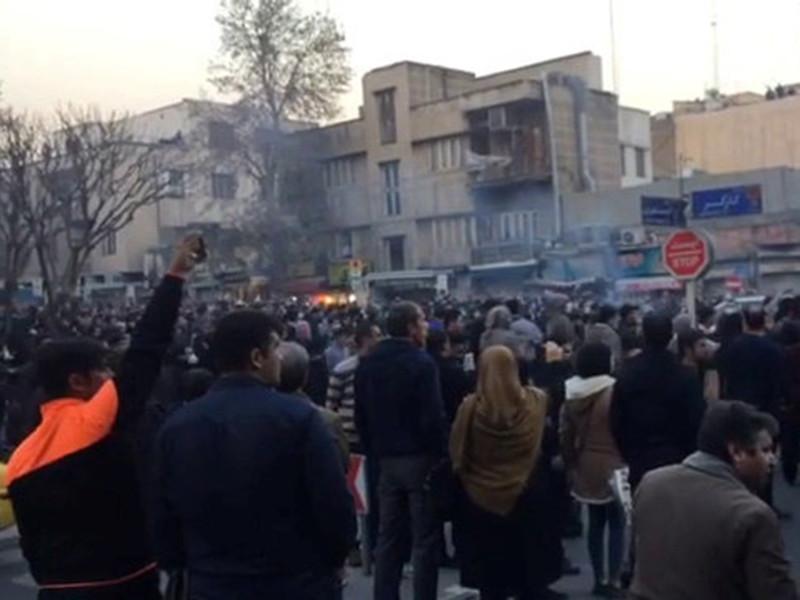 В Иране освободили женщину, устроившую в центре Тегерана одиночный пикет против ношения хиджаба