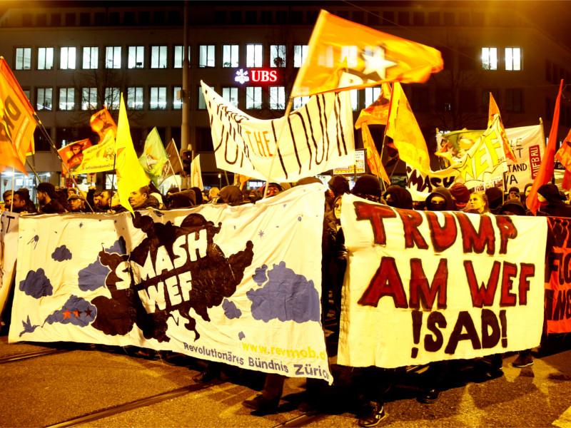 Протестующие в Давосе