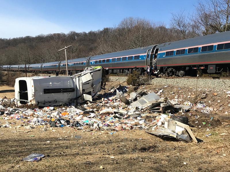 В США поезд Amtrak, на борту которого находились конгрессмены Республиканской партии, направлявшиеся на ежегодную партийную конференцию в Западной Вирджинии, врезался в автомобиль в районе города Крозэ